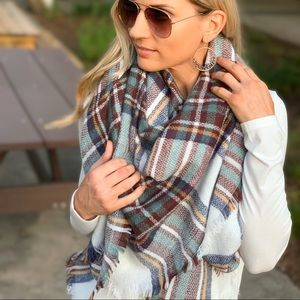 ✨RESTOCKED✨White plaid blanket scarf